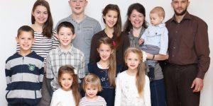 Родители с 10 детьми бежали из Германии в Сибирь из-за уроков сексуального просвещения  - видео