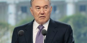 """Назарбаев предложил законодательно запретить казахстанским девушкам """"покрывать себя черными одеяниями"""""""