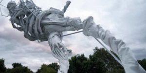 Самая странная выставка к мундиалю: Загадочный скульптор изваял футболистов из полимеров в виде неких субстанций