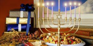 Главный раввин России, по традиции, зажег в Москве первую ханукальную свечу