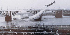 «Самолет пролетел под мостом»: уникальный снимок с набережной в Новосибирске