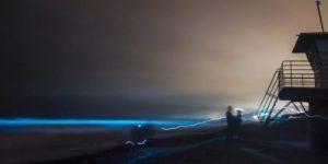 В Калифорнии начал светиться океан. В Индии озеро покрылось токсичным «снегом» и загорелось.