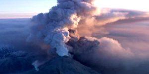 Вулкан Ключевской вновь выбросил многокилометровый столб пепла