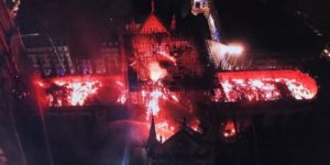 """Собор Парижской Богоматери: пламя разрушило """"чудо наследия и культуры"""""""