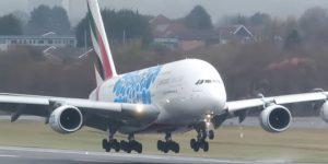 На видео попала посадка крупнейшего авиалайнера в мире при сильном ветре