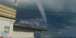 Торнадо в Черном море «превратился» в красивую радугу: видео