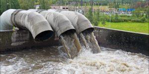 Токсичные реки, беззаконные берега. Что стоит за проблемой промотходов в России