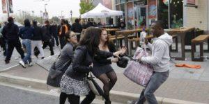 Париж: феминистки напали на протестовавших женщин, пытавшихся привлечь внимание общества к тому, что 52% насильников являются мигрантами