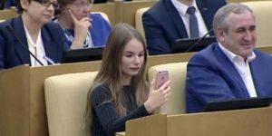 19-летняя звезда интернета Саша Спилберг объяснила политикам, как правильно общаться в Сети