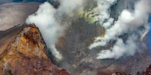 На Гавайях любовавшиеся на вулкан десятки туристов пострадали от взрыва лавы