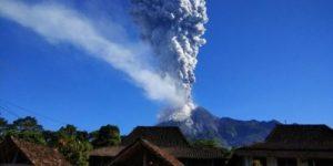Вулкан Мерапи в Индонезии выбросил колонну пепла на высоту 1 км
