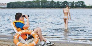 Дежуря спасателем на пляже, 15-летний подросток заработал на учебу в Англии