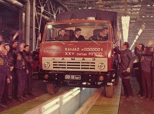 Первый камаз сошел с конвейера в каком году фото транспортер фольксваген т5 сиденье