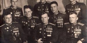 На фото 8 человек, которые уничтожили 20 полных эскадрилий Люфтваффе Германии.