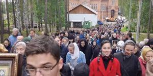 Стоит посмотреть, сколько людей в Среднеуральском монастыре, какие у них лица...