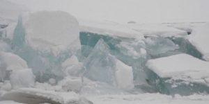 Гигантская ледяная стена появилась на озере на границе Китая и России